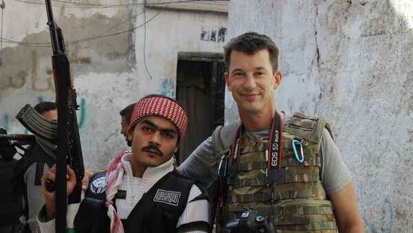 freelance British photojournalist John Cantlie poses with a Free Syrian Army rebel in Aleppo, Syria - Sputnik France