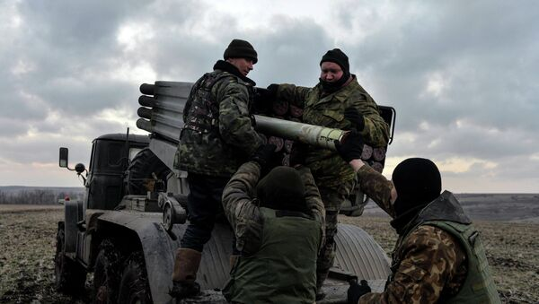 Ukrainian servicemen load Grad rockets outside Debaltseve, February 8, 2015 - Sputnik France