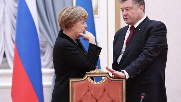 German Chancellor Angela Merkel and Ukrainian President Petro Poroshenko talk in Minsk, Belarus, Wednesday, Feb. 11, 2015 - Sputnik France