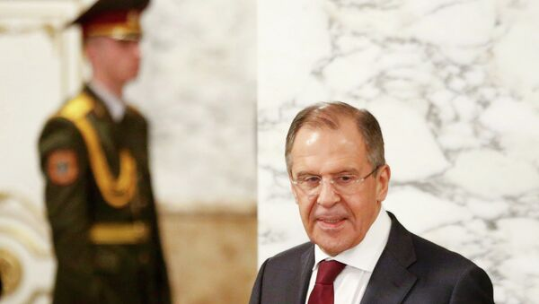 Russia's Foreign Minister Sergei Lavrov (R) walks as he attends a peace summit to resolve the Ukrainian crisis in Minsk, February 12, 2015. - Sputnik France