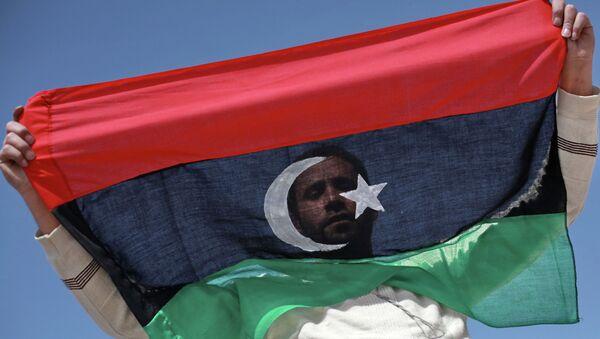 Житель Бенгази с флагом Ливии - Sputnik France