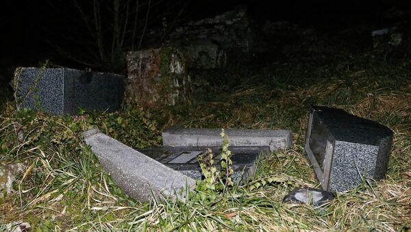 Des pierres tombales profanées au cimetière juif de Sarre-Union, dans l'est de la France, en 2015. - Sputnik France
