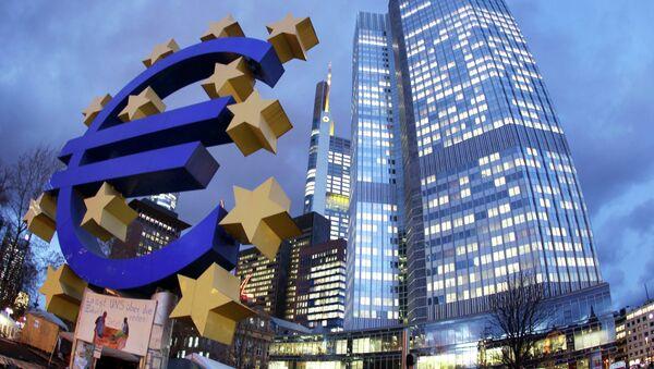 Euro sculpture stands in front of the European Central Bank, right, in Frankfurt, Germany. (File) - Sputnik France