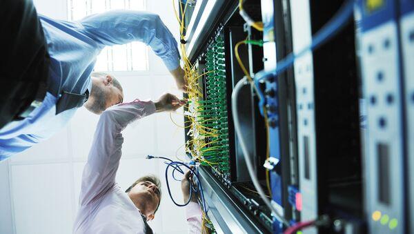 Инженеры в серверной комнате - Sputnik France