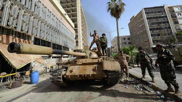 Members of the Libyan pro-government forces, backed by locals, gather on a tank outside the Central Bank, near Benghazi port, January 21, 2015 - Sputnik France
