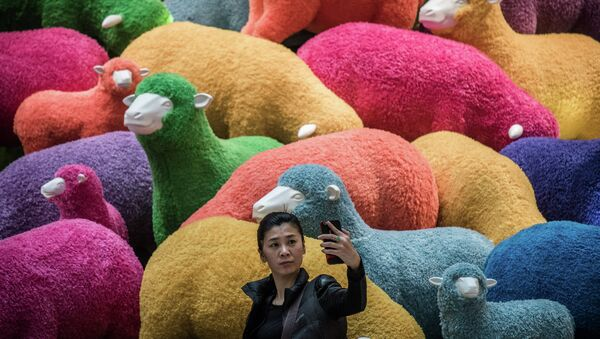 Une feme prend un selfie - Sputnik France