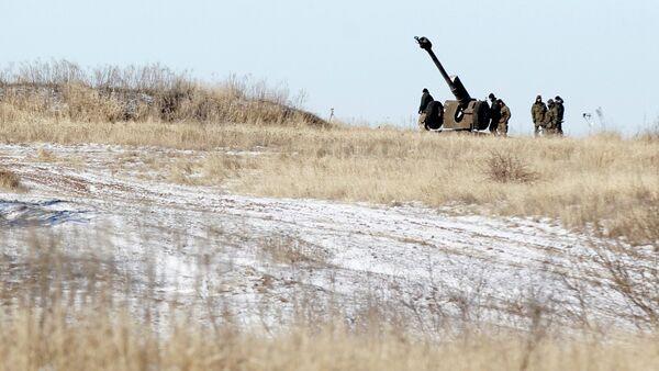 Ukrainian artillery is at a position outside of the village of Luhanske, some 20 kilometers (14 miles) north of Debaltseve, Ukraine, Tuesday, Feb. 17, 2015 - Sputnik France