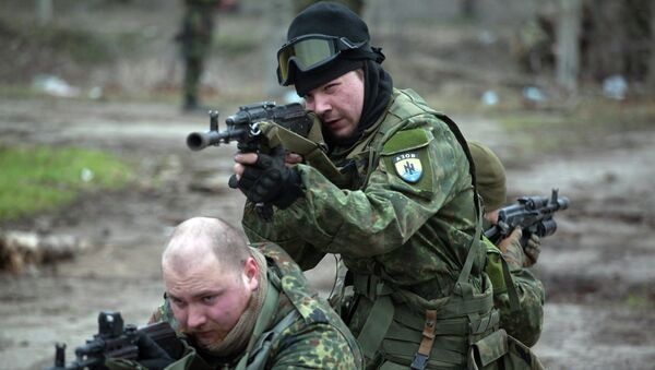 Fighters of the Azov paramilitary battalion, a pro-Ukrainian volunteer armed group, take part in combat drills near the southern Ukrainian city of Mariupol on February 6, 2015 - Sputnik France