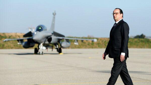 Francois Hollande lors d'une visite à la base aérienne militaire d'Istres - Sputnik France