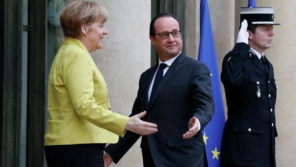 French President Francois Hollande greets German Chancellor Angela Merkel (L) before talks at the Elysee Palace in Paris February 20, 2015. - Sputnik France