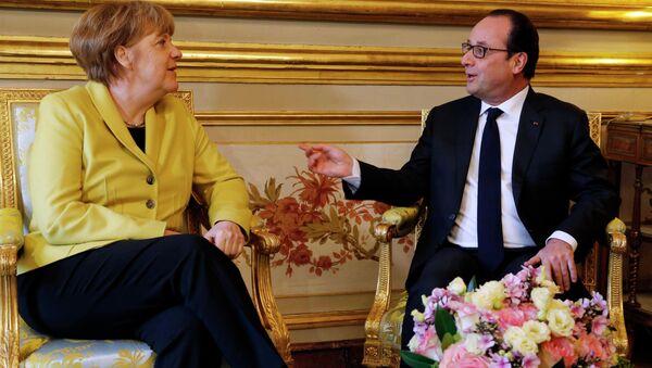 French President Francois Hollande and German Chancellor Angela Merkel (L) start talks at the Elysee Palace in Paris February 20, 2015. - Sputnik France