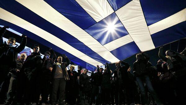 Protesters hold a giant Greek national flag - Sputnik France