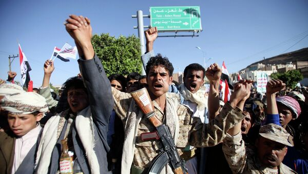 Houthi fighters in army uniform shout slogans as they march during a demonstration against the U.S. and the U.N. Security Council in Sanaa February 20, 2015 - Sputnik France