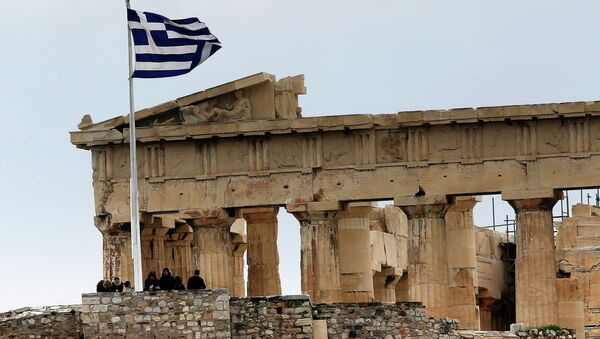 Tourists stand near the temple of Parthenon atop the ancient site of the Athens Acropolis on a cold and windy day January 30, 2015 - Sputnik France