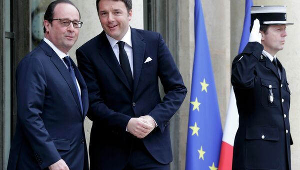 French President Francois Hollande (L) welcomes Italy's Prime Minister Mateo Renzi at the Elysee Palace before a meeting in Paris, February 24, 2015. - Sputnik France
