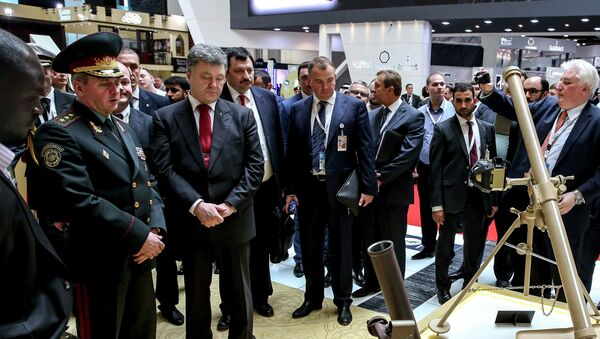 Ukrainian President Petro Poroshenko (3rd L, front) listens to explanations as he visits the International Defence Exhibition and Conference (IDEX) in Abu Dhabi February 24, 2015. - Sputnik France