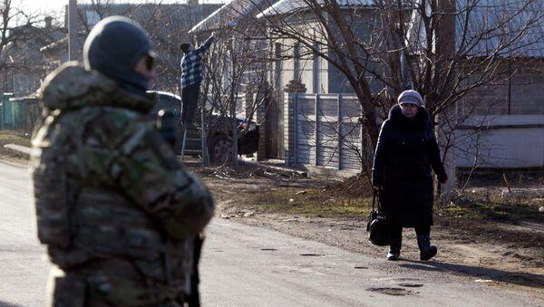 Ukrainian armed forces seen in the foreground, in the settlement of Velyka Novosilka, Donetsk region, February 24, 2015 - Sputnik France