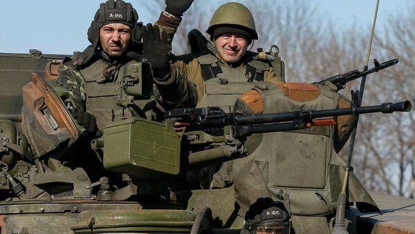 Members of the Ukrainian armed forces ride an armoured personnel carrier near Artemivsk, eastern Ukraine, February 22, 2015 - Sputnik France