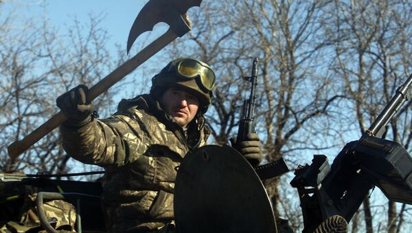 Ukrainian serviceman holds an ancient ax as he rides on Armoured Personal Carrier (APC) near Artemivsk to the frontline on February 22, 2015 - Sputnik France