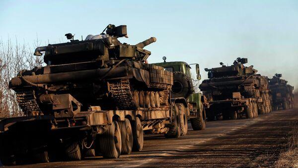 Military trucks from the Ukrainian armed forces transport tanks on the road near Artemivsk, eastern Ukraine, February 24, 2015 - Sputnik France