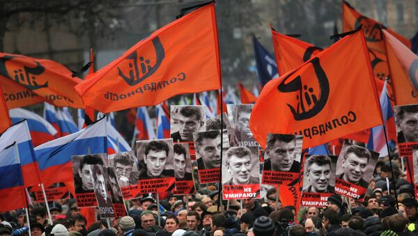 People march in memory of opposition leader Boris Nemtsov, who was gunned down on Friday, Feb. 27, 2015, near the Kremlin with portraits of him and words reading ' those bullets for everyone of us, heroes never die! in Moscow, Russia, Sunday, March 1, 2015. - Sputnik France