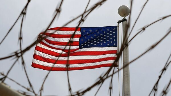 An American Flag is seen through razor wire at Camp VI in Camp Delta where detainees are housed at Naval Station Guantanamo Bay in Cuba - Sputnik France