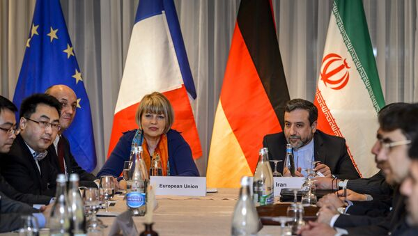 EU political director Helga Schmid (CL) seats next to Iran's deputy foreign minister Abbas Araqchi (R) at the opening of nuclear talks between Iran and Members of the P5+1 group on March 5, 2015 in Montreux - Sputnik France