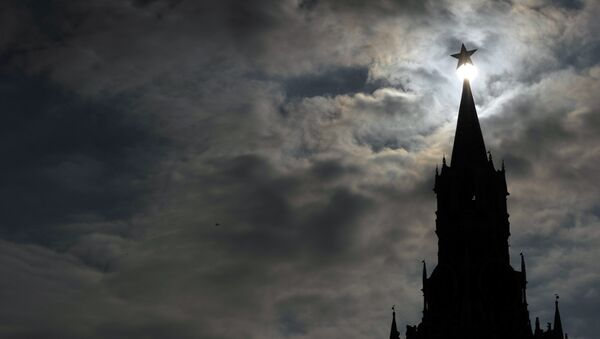 The Kremlin Spasskaya (Saviour) Tower dominates the skyline at the Red Square in Moscow, on March 2, 2012 - Sputnik France