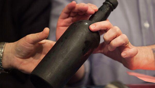 Bouteille de vin vieux de 150 ans découverte sur l'épave d'un navire américain Mary Celestia - Sputnik France