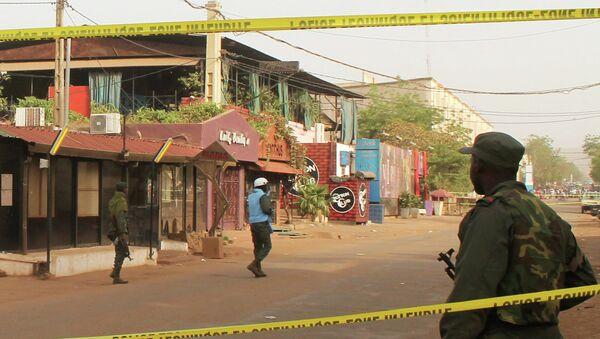 Des policiers se tiennent aux abords du restaurant La Terrasse à Bamako, le 7 mars 2015 - Sputnik France