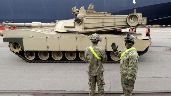 A U.S. soldier greets the media as custom officers inspect an Abrams main battle tank, for U.S. troops deployed in the Baltics as part of NATO's Operation Atlantic Resolve - Sputnik France