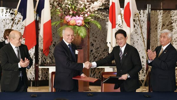 Japanese Foreign Minister Fumio Kishida (2nd R) and his French counterpart Laurent Fabius (2nd L) exchange documents during a signing ceremony while Japan's Defense Minister Gen Nakatani (R) and his French counterpart Jean-Yves Le Drian (L) look on, after their two-plus-two meeting at the Iikura Guest House in Tokyo March 13, 2015. - Sputnik France