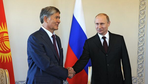 Russian President Vladimir Putin, right, during a meeting with Kyrgyz President Almazbek Atambayev at the Constantine Palace in in Strelna - Sputnik France