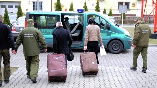 Une femme cachée dans une valise, symbole des relations Moscou-Paris - Sputnik France