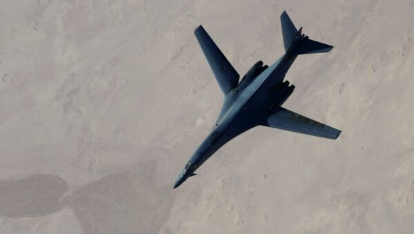 B-1B Lancer disengages from a KC-135 Stratotanker after refueling after airstrikes on Islamic State jihadists in Syria - Sputnik France