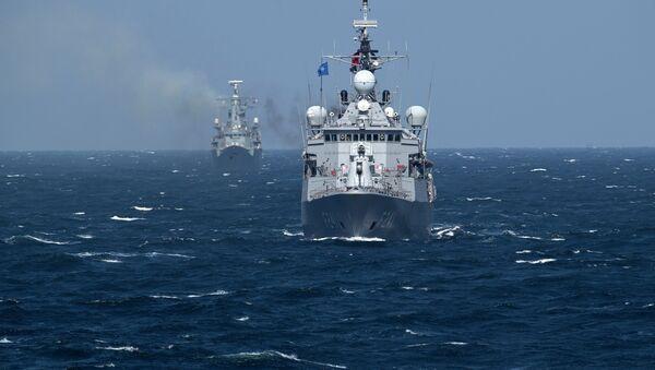 Turkish NATO warship TCG Turgutreis, foreground, maneuvers on the Black Sea after leaving the port of Constanta, Romania, Monday, March 16, 2015 - Sputnik France