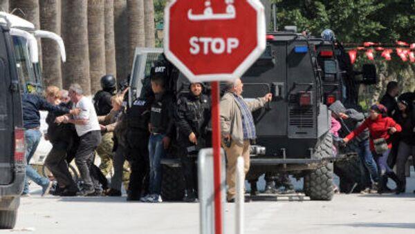 Эвакуация туристов с места теракта в Тунисе - Sputnik France