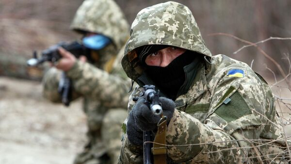 Newly mobilized Ukrainian paratroopers aim a weapon during a military drill near Zhytomyr March 6, 2015 - Sputnik France