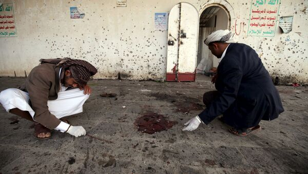 Crime scene investigators work after a suicide bomb attack at a mosque in Sanaa March 20, 2015 - Sputnik France