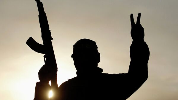A Shi'ite fighter gestures in Tal Ksaiba, near the town of al-Alam March 7, 2015 - Sputnik France
