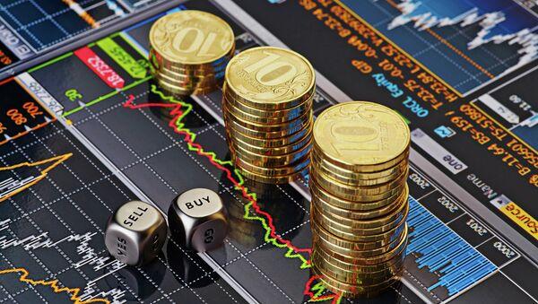 Стопки десятирублевых монет на экране с биржевыми графиками - Sputnik France