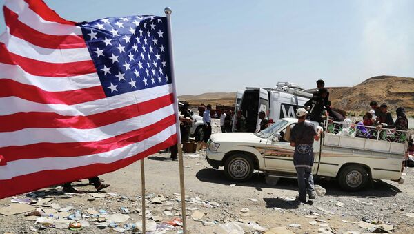 US flag waves while displaced Iraqis from the Yazidi community cross the Syria-Iraq border on Feeshkhabour bridge over Tigris River at Feeshkhabour border point, northern Iraq - Sputnik France