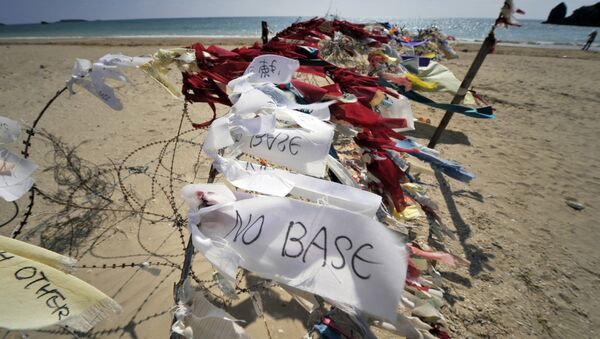 This picture taken on November 7, 2009 shows ribbon-messages saying no base against the US bases on the island, tied to a barbed wire barricade near the US military base Camp Schwab in Henoko on the eastern coast of Okinawa - Sputnik France