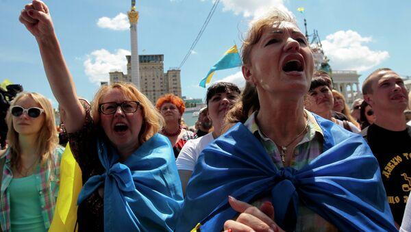 People shout slogans during a rally in Independence Square in Kiev, Ukraine, Sunday, June 29, 2014 - Sputnik France