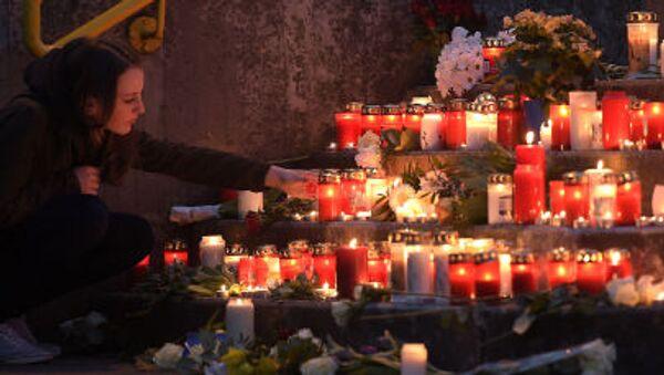 Девушка зажигает свечи в память о погибших во время крушения самолета авиакомпании Germenwings на юге Франции - Sputnik France