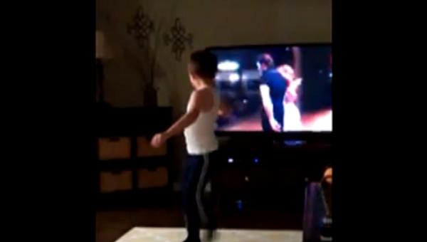Un petit garçon imite Patrick Swayze dans Dirty Dancing - Sputnik France