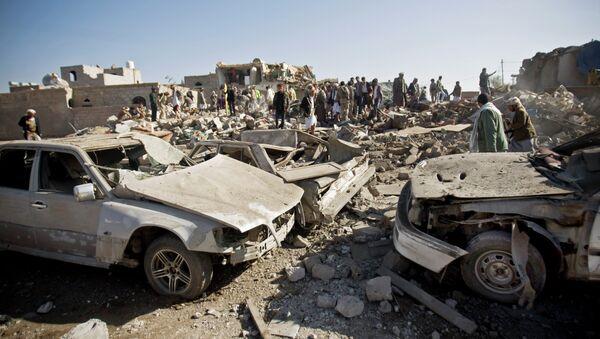 Les gens cherchent des survivants sous les décombres des maisons détruites par les frappes aériennes saoudiennes près de l'aéroport de Sanaa, au Yémen, - Sputnik France