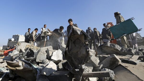 People search for survivors under the rubble of houses destroyed by an air strike near Sanaa Airport March 26, 2015. - Sputnik France