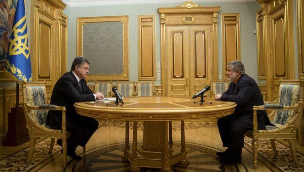 Ukrainian President Petro Poroshenko (L) listens to oligarch Ihor Kolomoisky during their meeting in Kiev March 25, 2015 - Sputnik France