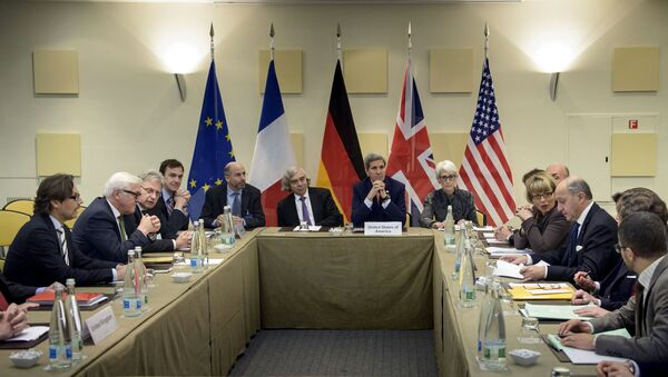 German Foreign Minister Frank Walter Steinmeier (2nd-L), US Secretary of Energy Ernest Moniz (C-L), US Secretary of State John Kerry (C), US Under Secretary for Political Affairs Wendy Sherman (C-R), and French Foreign Minister Laurent Fabius (R) wait for the start of a trilateral meeting at the Beau Rivage Palace Hotel in Lausanne March 28, 2015. - Sputnik France